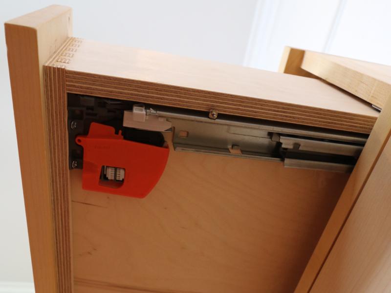 Soft-closing undermount drawer glides